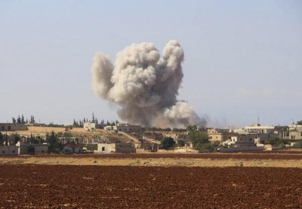 在今日1場美方聯軍對敘利亞伊斯蘭國(ISIS)控制區的空襲中,有至少40名民眾死亡,其中大部分是無辜的婦孺。圖為空襲示意圖。(資料照,美聯社)