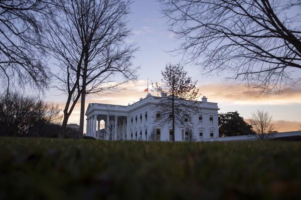根據紐約時報取得的美國聯邦參議院報告指出,俄羅斯試圖利用網路影響2016年美國總統大選,降低選民投給民主黨候選人意願,當時鎖定的目標是非裔美國人。圖為12月17日黎明時的白宮。(歐新社)