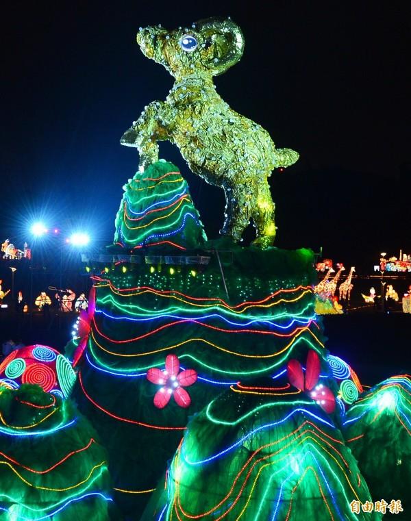 「2015台北燈節」將於27日至3月8日為期10天在花博圓山公園舉行。2015年名為「金喜羊」的主燈,將在燈節期間呈現動感華麗的聲光劇場秀。(記者王藝菘攝)