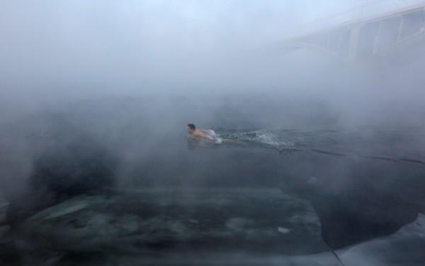 俄羅斯冬泳俱樂部的成員,在寒冬的西伯利亞葉尼塞河(Yenisei)中游泳慶祝新年。(路透)