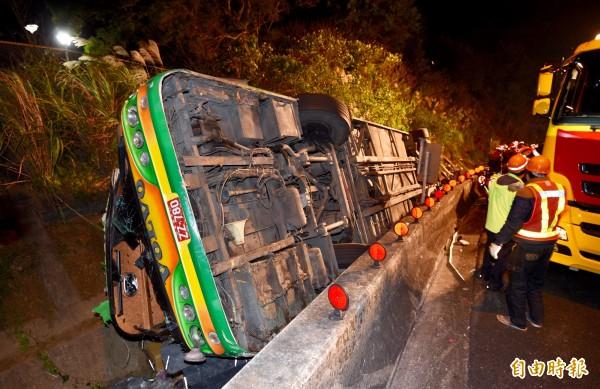 「蝶戀花」遊覽車公司的一輛遊覽車13日晚間發生翻覆意外,造成32人死亡。(記者羅沛德攝)