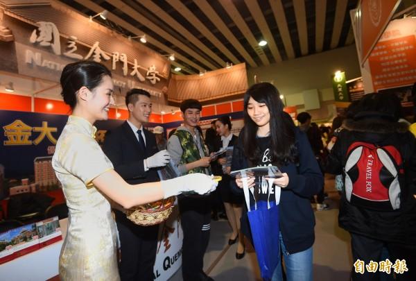 「2017大學博覽會」今在台北舉行,吸引許多學生與家長參觀。圖為金門大學向學生說明。(記者方賓照攝)
