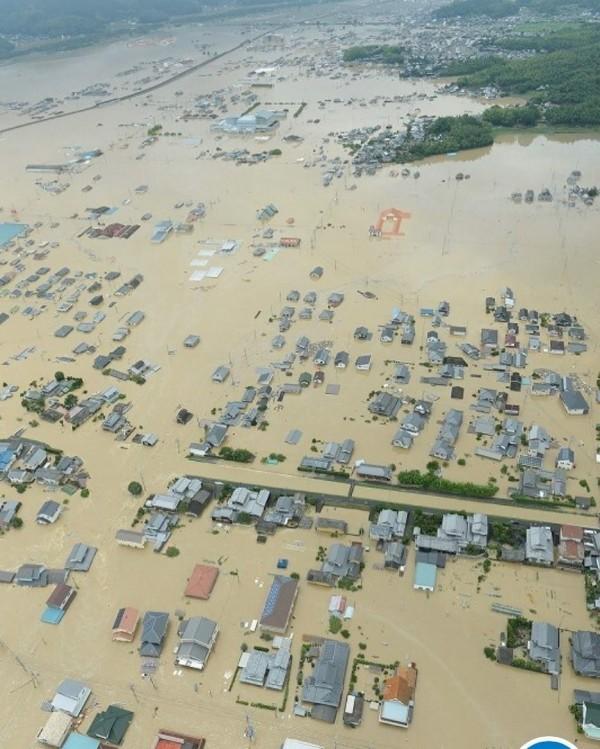 日本岡山縣倉敷市真備町因暴雨淹大水,消防分署職員和附近居民24人一度受困,目前已全數救出,但至少還有219人待救。(圖擷自@patapata1003推特)