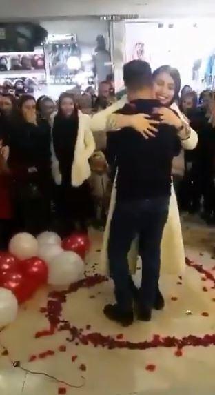 情侶求婚竟遭逮捕。(圖擷自推特)