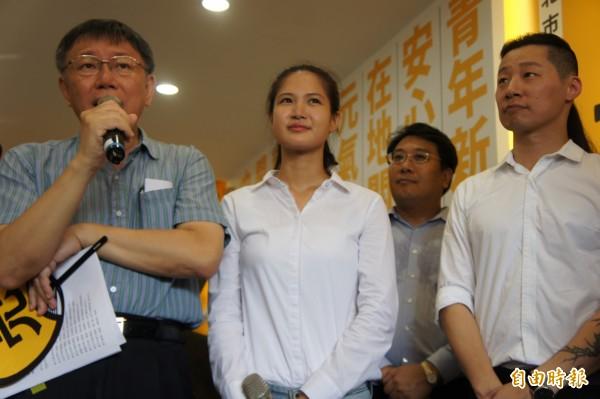 台北市長柯文哲(左)今天跟時代力量立委林昶佐(右)同框,後來被媒體問到曾被林砲轟「甲賽」,柯P說覺得還好,「我的忍受度滿高的」。(記者黃建豪攝)