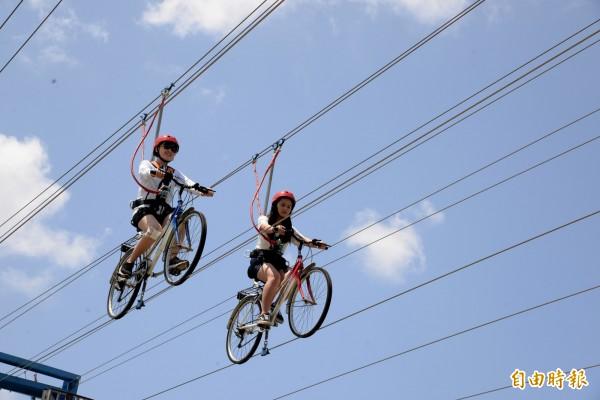 空中腳踏車利用鋼索和固定桿,讓體驗者可以挑戰在空中騎車的刺激感。(記者許麗娟攝)