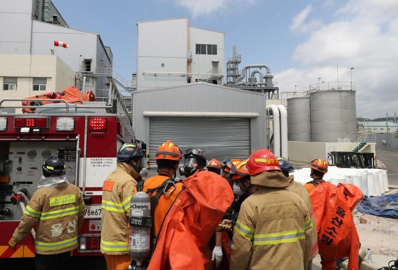 位於南韓大田的韓華集團軍火工廠今發生爆炸意外,意外造成3人死亡。圖為南韓消防隊員示意圖。(歐新社)