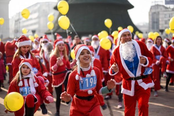 馬其頓首都史高比,許多人身穿耶誕老人的紅色衣服參加路跑。(法新社)