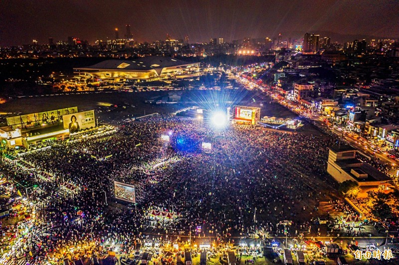 超過10萬鄉親今湧進總統蔡英文高雄競選總部成立大會,當蔡英文與賴清德同框上台時,會場更爆出熱烈歡呼。(記者張忠義攝)