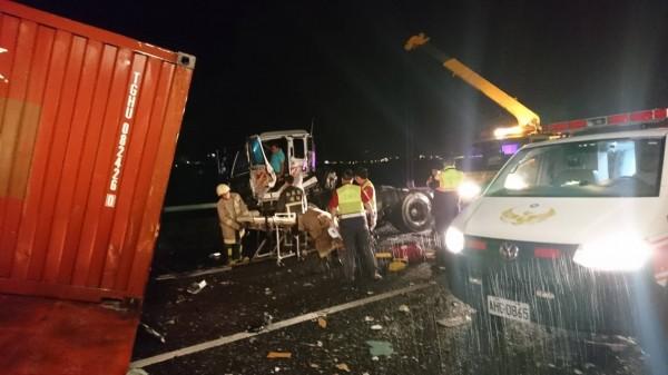 國道3號發生客運追撞貨櫃車事故,被撞的貨櫃車司機卡在車內動彈不得。(記者劉濱銓翻攝)