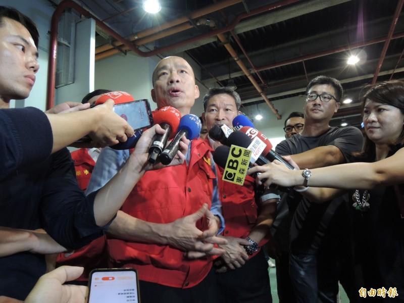 韓國瑜晚間進行防颱作業,但上午已被市民酸「高雄沒市長」。(記者王榮祥攝)