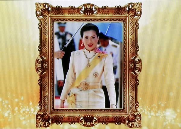 泰國電視台播出烏汶叨公主的肖像,其宣布參選後,泰王發表聲明認為皇室必須「超越政治」,參選是「不妥」且「違憲」的舉動。(歐新社)