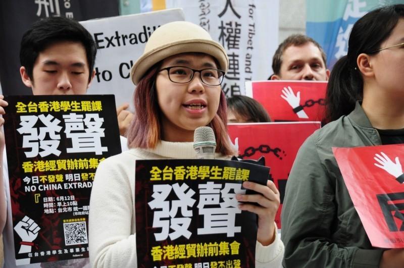 香港「反送中」示威活動越演越烈,台灣也有近百名民團成員聚集在北市信義區的香港經貿文化辦事處「聲援香港」進行示威抗議。(中央社)
