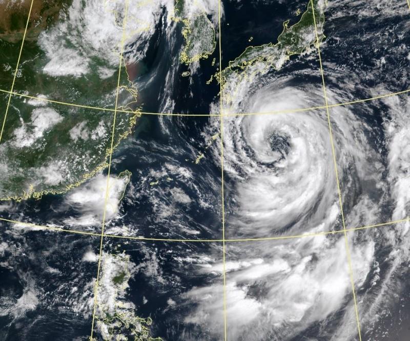 隨著第10號颱風柯羅莎北上襲日,引進強西南風,中南部明(14日)恐再現強降雨。(中央氣象局)