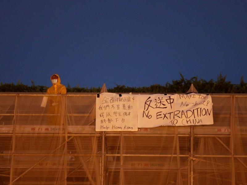 香港太古廣場1名身穿黃色雨衣的男子,昨日為抗議港府修訂《逃犯條例》墜樓身亡。(路透)