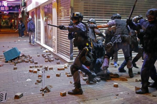 香港旺角於今年的農曆年間發生警察取締無照攤販,與前來聲援的本土派人士對峙,警方對空鳴槍並動用胡椒噴霧,雙方爆發嚴重衝突。(資料照,美聯社)