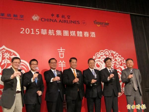 油價下跌,華航董事長孫洪祥(圖中)看好航空前景,打算本月給員工加發1個月的薪水。(記者王憶紅攝)