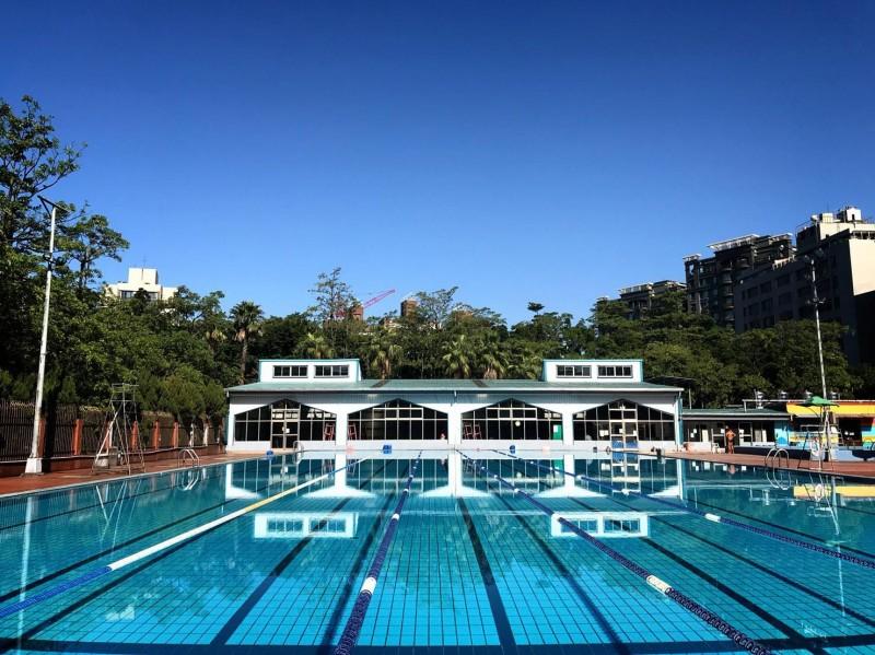 台北市士林區前港公園游泳池,今日稍早有一名50來歲的男子溺水命危。(圖擷自前港公園游泳池臉書)