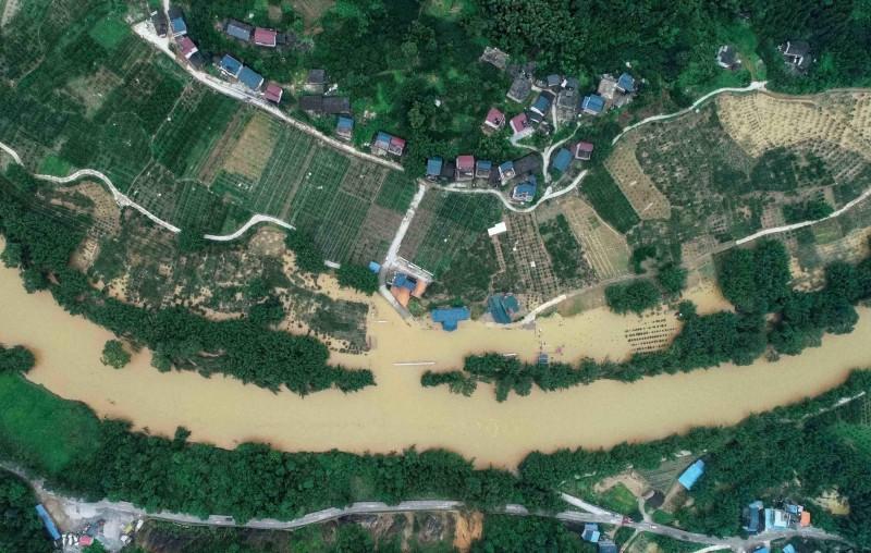 廣西當地因洪水來襲,村落、農田被大水淹沒。(法新社)