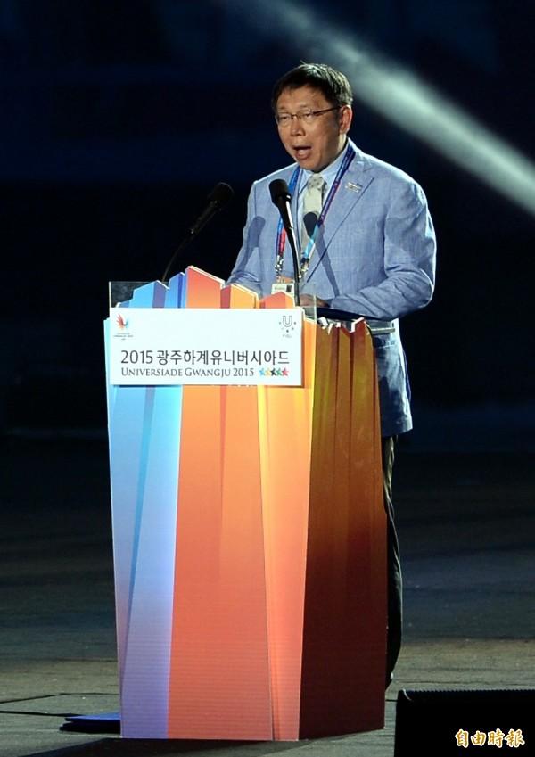 台北文資環境守護聯盟成員今到北市府前抗議,指柯文哲違反選前瓶蓋廠「全區保留」的承諾,希望目前還在韓國參訪的柯文哲趕緊回來「救命」。(記者林正堃攝)