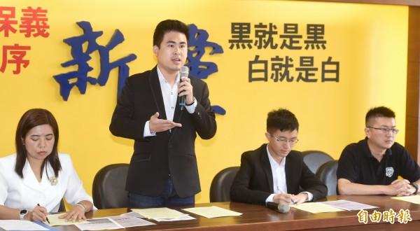 遭限制出境不能參加海峽論壇, 新黨青年軍表不滿。(記者方賓照攝)