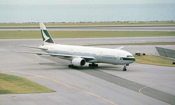 國泰航空在1個月內發生2起機長失去正常視力事故,正由香港民航處調查。圖為國泰航空波音777型飛機。(中央社)