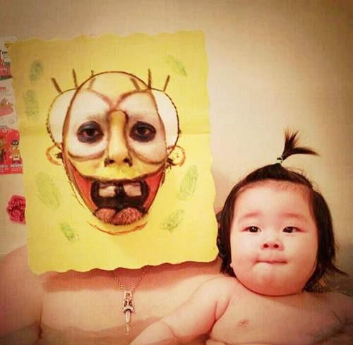 最近微博上瘋傳一組父女泡澡照,爸爸陪女兒洗澡的時候都會變換不同造型。(照片擷自微博)
