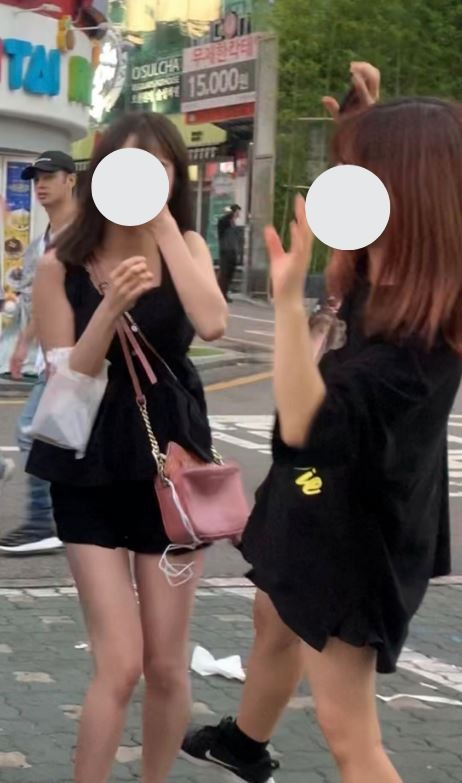 受害女性表示,當時現場有人衣著和她相似,影片並非偽造,圖右為受害者。(圖擷自みゆりん推特)
