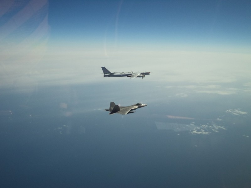 美方派出空軍F-22戰機在阿拉斯加外海予以攔截。圖為美軍機拍攝畫面。(圖擷取自臉書_NORAD)