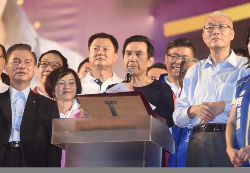 國民黨總統參選人韓國瑜今日在新北市舉辦造勢大會,前總統馬英九(見圖)致詞時,台下韓粉連續鼓噪,最後未完成演說,就被主持人請下台、尷尬收場。(記者簡榮豐攝)