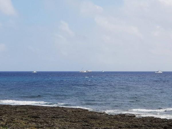 日前一架黑鷹直升機要從蘭嶼送病患到台灣卻意外墜海,造成6人失蹤,今天下午機體順利被打撈出,機艙內發現2具遺體。(圖由讀者施鈞程提供)