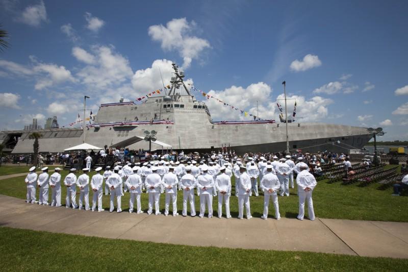 美國海軍近日在印太地區部署「吉佛茲號」近岸戰鬥艦,艦上配有新型「海軍打擊飛彈」和協助偵察瞄準的無人直升機。(法新社)