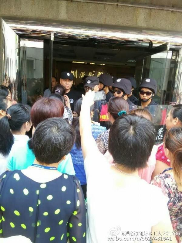 位於廣東的成衣代工廠「慶盛服飾皮具公司」,日前爆發勞資糾紛,廠方遭指控臨時搬遷、無理解雇,有10多名工人在進行抗議時遭警方逮捕。(圖擷自自由亞洲電台)