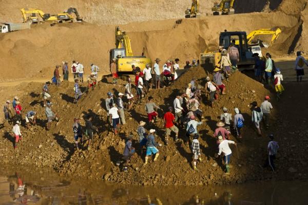 緬甸許多人為謀生,挖掘玉石。此圖為今年10月照片。(法新社)