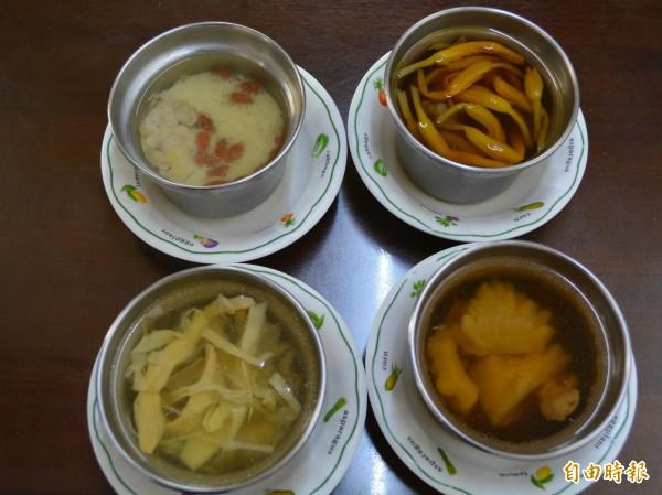 阿璋肉圓的金針排骨湯(右上)、苦瓜排骨湯(右下)、筍干排骨湯(左下)及龍骨髓湯(左上)鮮美甘甜,滋補養生。(記者湯世名攝)