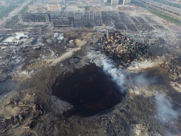 中國天津市濱海新區12日晚間發生大爆炸,爆炸地點被炸出一個巨坑。(EPA)