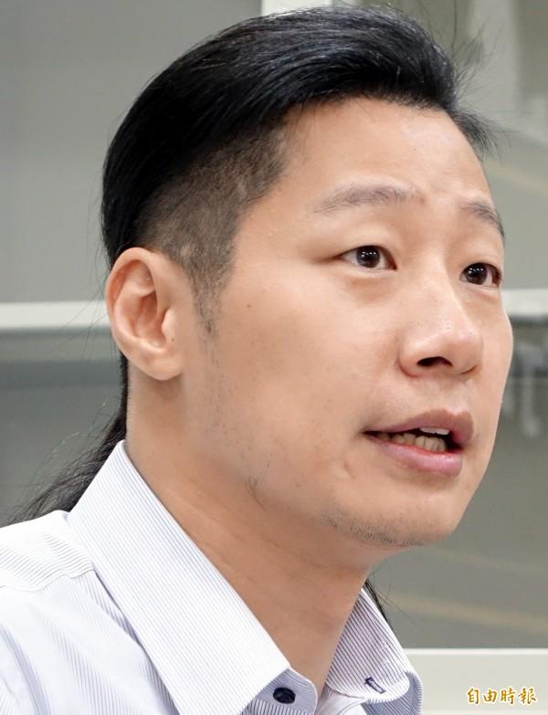 時代力量立委林昶佐10日在黨團大會後說明僑委會、退輔會、蒙藏委員會組織改造提案原因及內容。(記者朱沛雄攝)