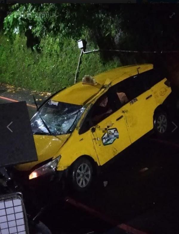 計程車在沿路撞擊後傷痕累累。(圖擷自爆料公社)