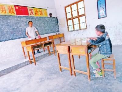 中國河南省鶴壁市淇縣的油城國小,被認為是最孤單的學校,校園裡只剩下1名老師和1位小學4年級的學生。(圖擷自《新浪網》)