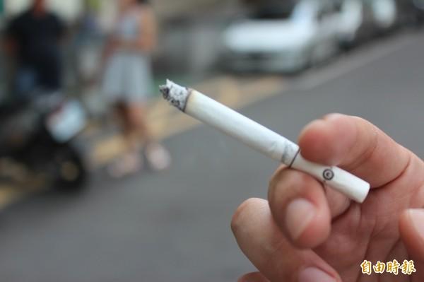 國民健康署表示,「吸菸並沒有所謂的安全劑量」,不管吸多或吸少都沒辦法減少得到相關疾病的可能性。(資料照) ☆自由電子報關心您,吸菸有害健康☆
