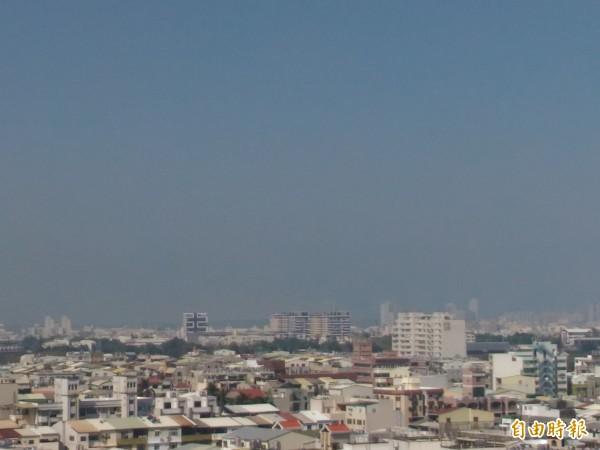 台南從昨晚開始空氣品質不佳,今早10點更達到紅色警戒等級。(記者邱灝唐攝)