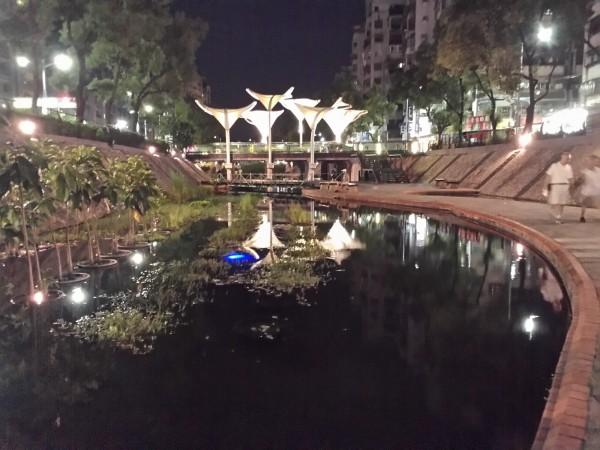 新北市中港大排一百年整治完成後,為城市增加親水空間,被環保署認定是國內都會型河川整治的一個模範,圖為中港大排夜間景觀。(環保署提供)