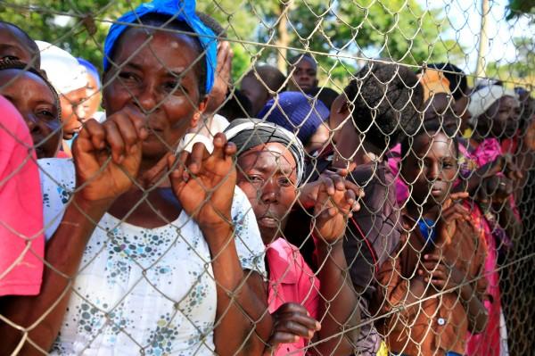 烏干達首都康培拉附近穆科諾區(Mukono)一艘載有近100人的遊輪發生翻覆意外,造成至少31人死亡。罹難者家屬前往現場指認身份,場面哀戚。(路透)