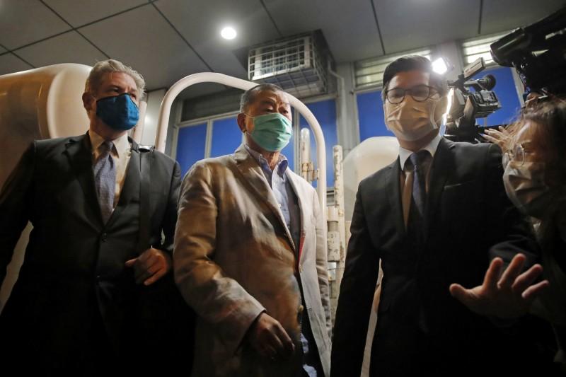 香港作家李怡表示,拜中共所賜,港人或會認為黎智英(左二)得諾貝爾和平獎是當之無愧。(美聯社)