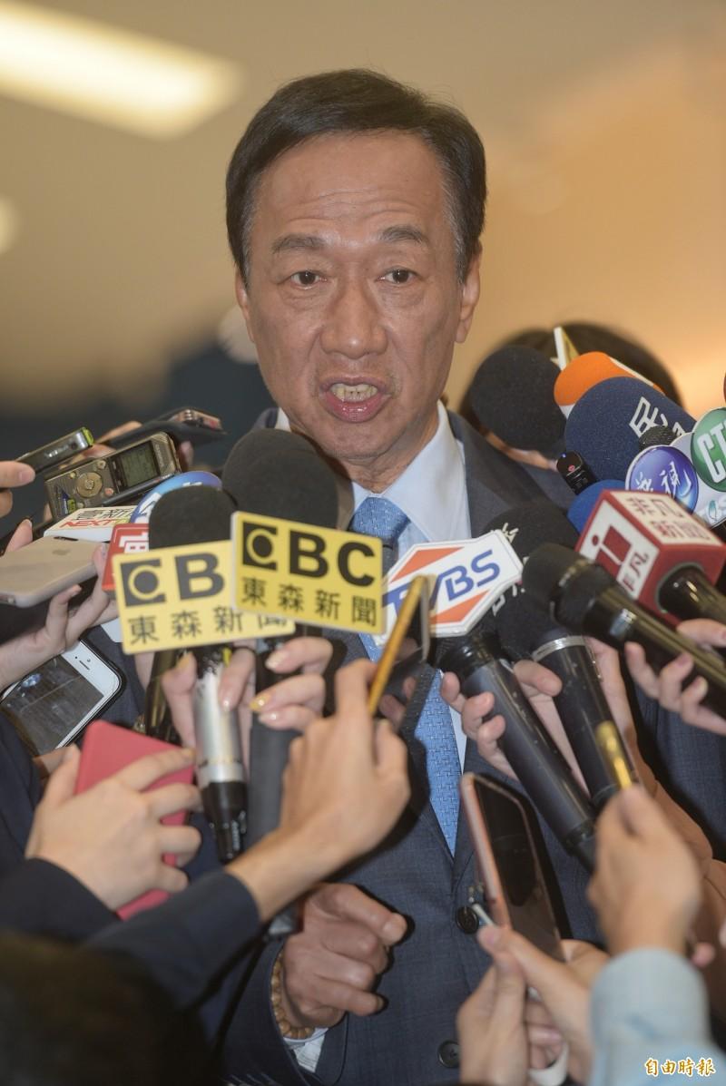 鴻海董事長郭台銘30日接受電視節目專訪,在媒體聯訪時,向國民黨中央喊話要納入手機民調。(記者張嘉明攝)