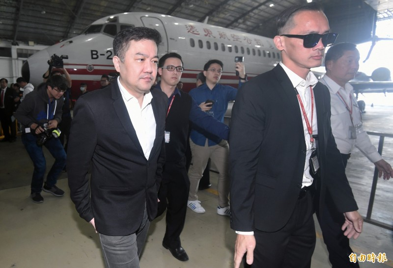 遠東航空董事長張綱維(左)22日率公司高層暨投資人代表召開記者會,呼籲主管機關儘快讓遠航復飛,維護員工生計。(記者廖振輝攝)