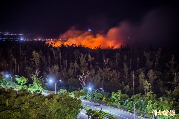 國慶煙火施放後附近活水湖森林也失火,還好,消防單位立刻前往撲滅,並未造成重大災害。(記者張忠義攝)