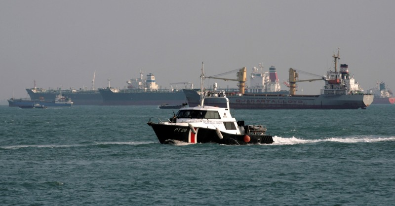 1艘韓國貨輪今在新加坡海域遭到海盜襲擊。圖為新加坡海警在馬六甲海峽巡邏狀況。(路透)