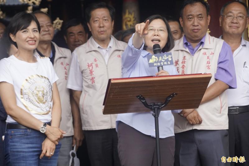 總統蔡英文(中)表示,近來的民調趨勢滿一致的,這代表民眾對執政團隊施政的肯定,都在持續上升當中。(記者黃佳琳攝)