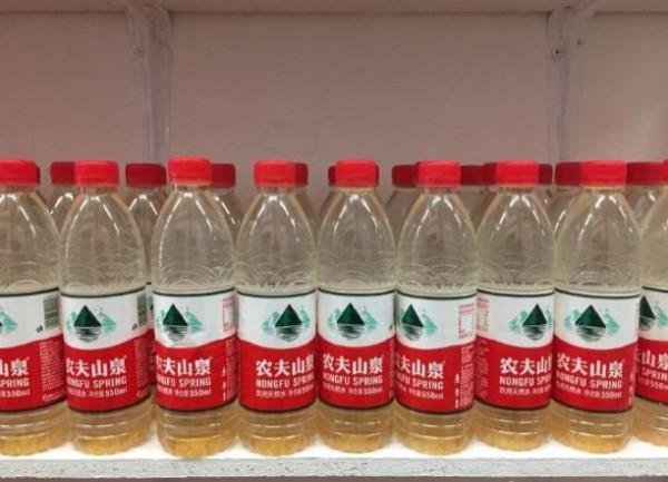 瓶子裡裝的是陝西榆林小壕兔鄉的汙染水源。(圖擷自堅果兄弟微博)